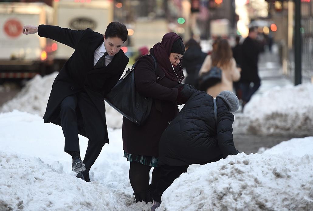 afp. hét képei - 2016.01.25. New York, havazás, időjárás, óriási hó, People walk past a large bank of snow on Park Avenue January 25, 2016 as New Yorkers return to work after the city was hit with a record-setting snowfall.