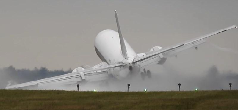 Akkora szél volt a prágai reptéren, hogy a földhöz vágta a leszálló repülőt – videó