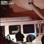 Elaludt a sofőr, épületbe fúródva állt meg a busz - videó