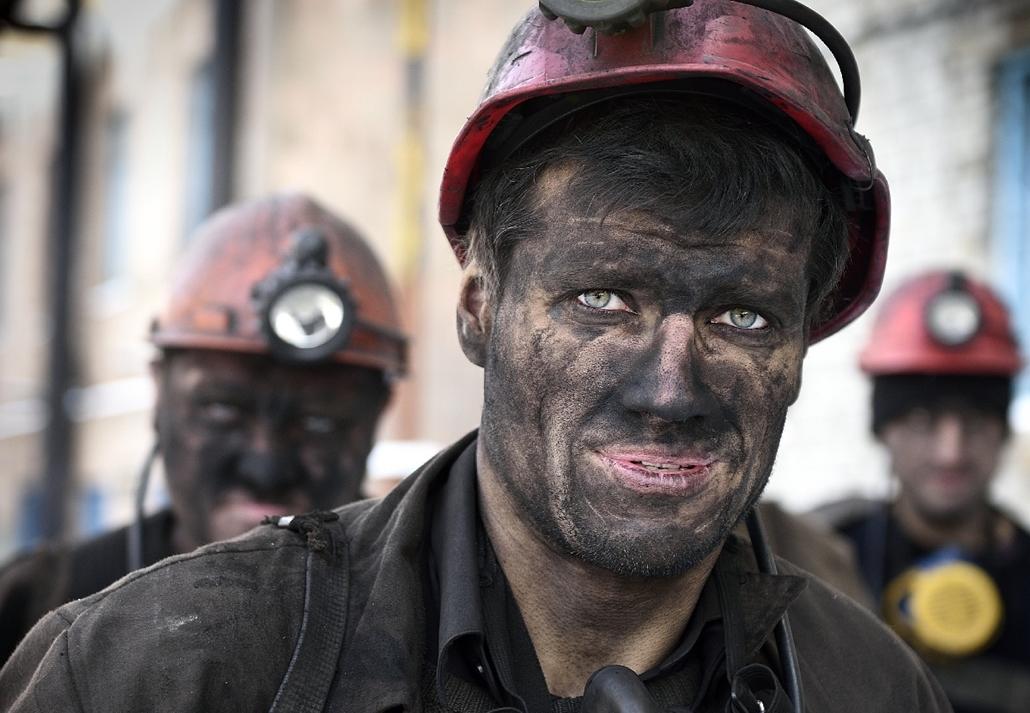 afp.14.12.01. - Kalinina szénbánya, Donyeck, Ukrajna: bányász műszak végén - 7képei