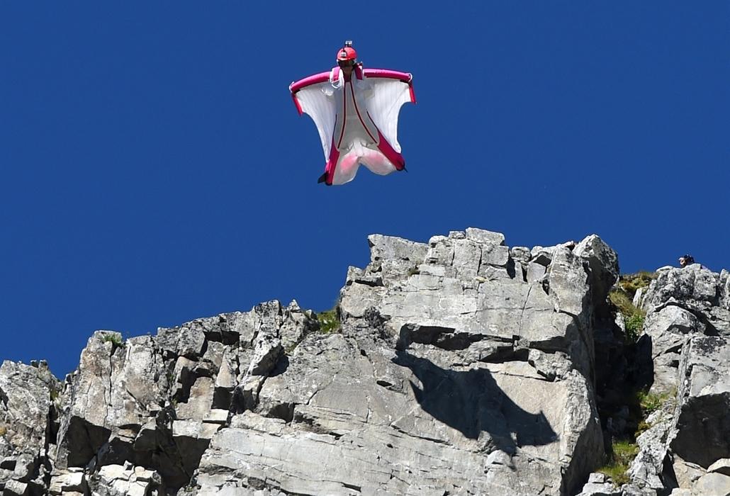 afp.14.07.16. - Mont-Blanc, Chamonix, Franciaország: a svájci Geraldine Fasnacht egyik wingsuit-ugrása- 7képei
