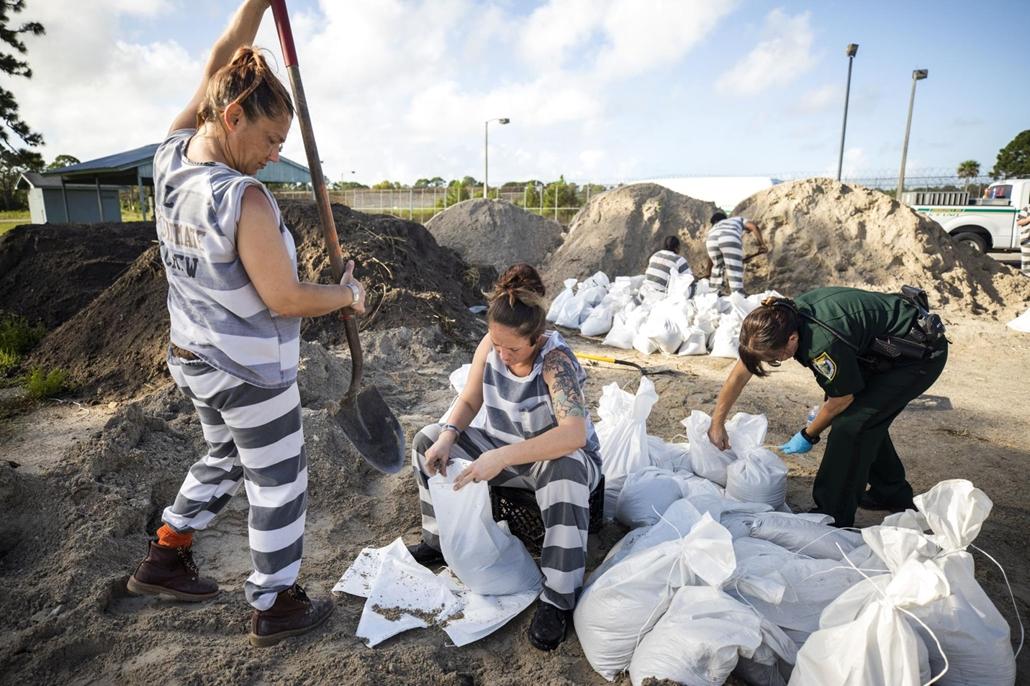 Nagyítás Dorian hurrikán A Brevard megyei börtön női rabjai homokzsákokat töltenek a Dorian hurrikán érkezése előtt a floridai Cocoa településen 2019. szeptember 1-jén