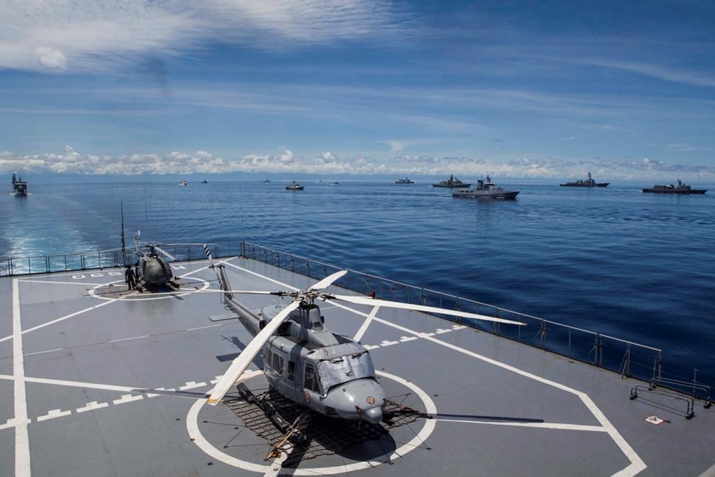 mti.16.04.14. - Katonai helikopterek egy anyahajó leszállópályáján az Indonézia és az ASEAN-államok haditengerészetének részvételével tartott Komodo 2016 nemzetközi hadgyakorlaton (MNEK) a nyugat-szumátrai Mentawai-szigetek partjainál 2016. április 14-én