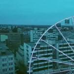 Szédítő videó: így mászott fel az esernyős ember a debreceni óriáskerékre