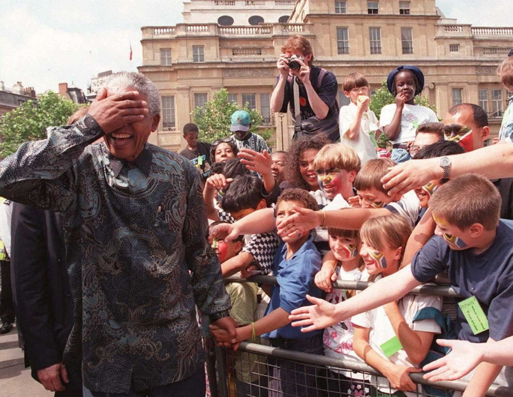 Nelson Mandela nagyítás - UNITED KINGDOM, London : South African President Nelson Mandela goes on a walkabout round Trafalgar Square in London 12 July 1996 on his way to South Africa House, where he made a speech from the balcony to the crowds. Mandela wa