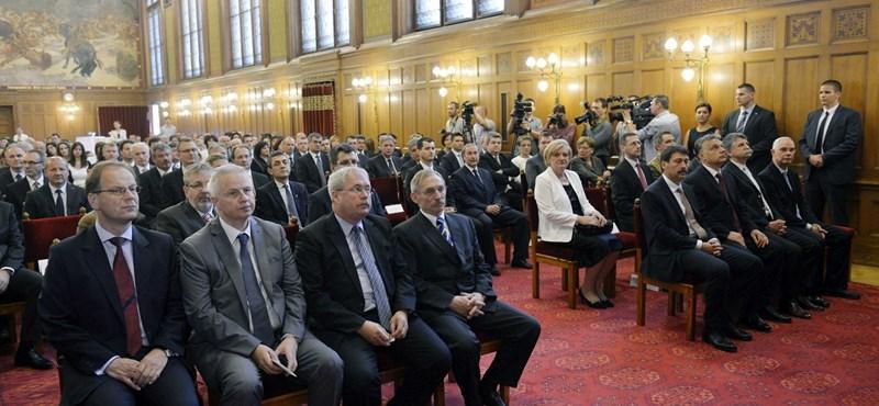 A miniszterek döntöttek arról, melyik bizalmasuknak jár a kiemelt fizetés