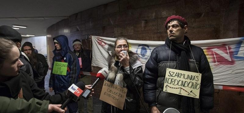 Fotók: aluljáróban tüntettek a kordonok ellen