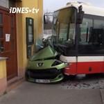 Csúnyán felkente a házfalra a Peugeot-t a prágai menetrend szerinti busz