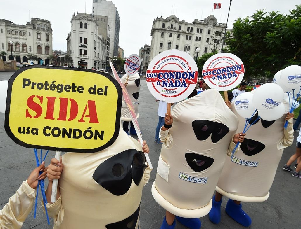 afp.15.02.13. - Lima, Peru: Aktivisták egy AIDS-elleni rendezvényen Limában az óvszer nemzetközi világnapján 2015. február 13-án. - aids