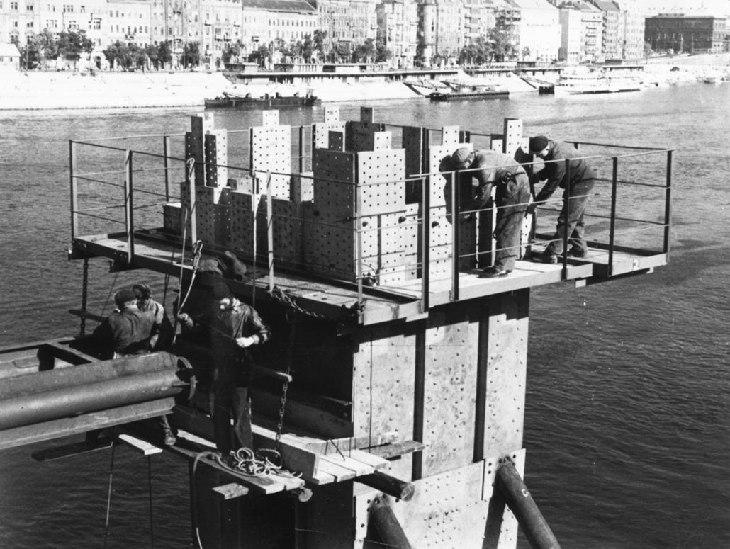 fortepan_! 1962. - A lerombolt Erzsébet híd pesti hídfője az alsó rakpartról nézve, háttérben a romos Királyi Palota. - Erzsébet híd,nagyítás