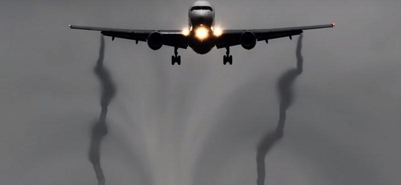 Ilyet sem lát mindennap: ezt csinálják a repülők a levegőben – videó