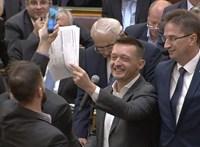 Orbán testével védi az ülést levezető elnököt – fotó