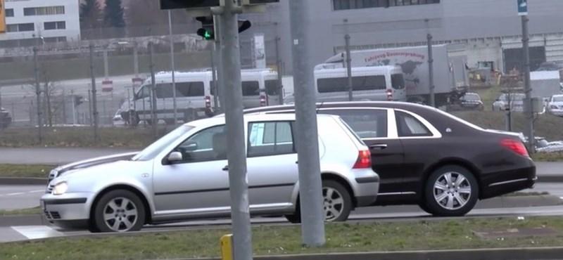 Igazi Góliát az új Pullman Mercedes egy VW Golf mellett – videó