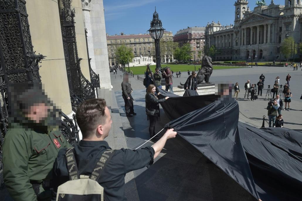 tg.16.04.15. - PM, fekete zászló, Parlament, tanártüntetés, tanársztrájk, eégszségügy, sztrájk, Szabó Tímea, rendőr