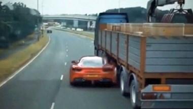 Halálos iramban-módra a kamion alatt bújik át a Ferrari