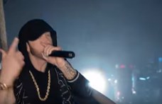 Ilyen magasan még nemigen énekelt Eminem (videó)
