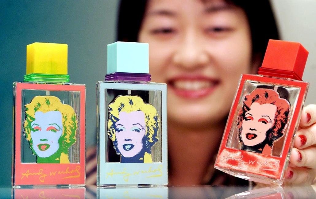 afp.01.11.05. - Tokió, Japán: Warhol-köntösbe öltöztetett parfüm egy Tokiói üzletben 2001. november 5-én. - Marilyn Monroe nagyítás, Andy Warhol