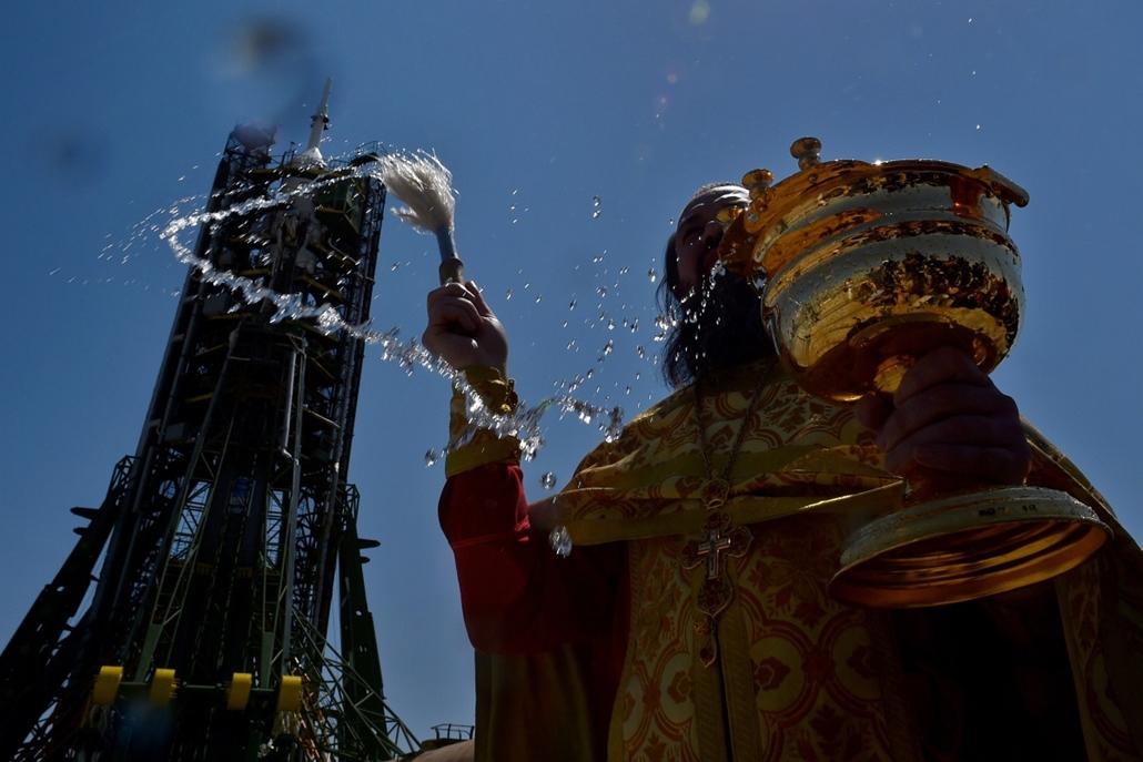 afp. nagyítás - hét képei - 2014.05.27. Bajkonur, Kazahsztán - orosz ortodox pap megáldja a Szojuz TMA1-13M űrhajót