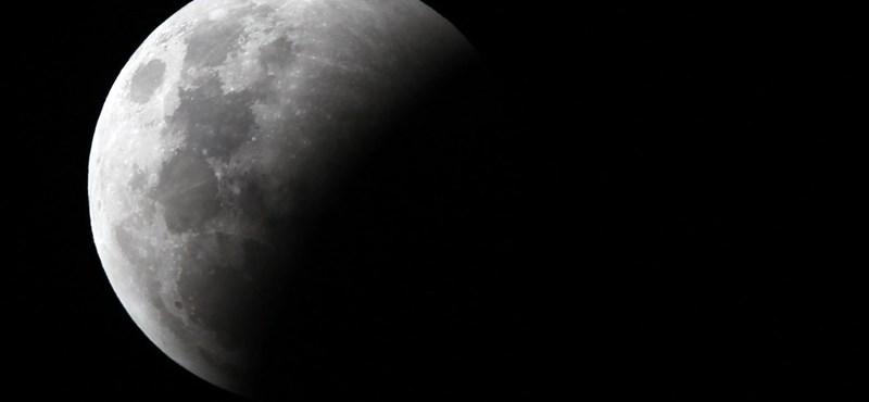 A komplett Wikipédia és több ezer könyv szóródott szét a Holdon