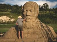 Az első magyar homokszobor-fesztiválra gyűjt pénzt a viharmosta Kossuth-fej alkotója