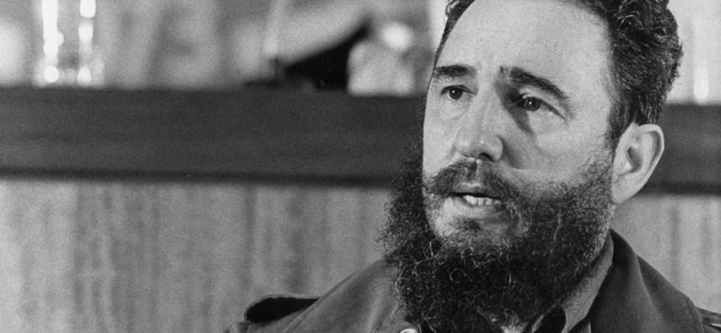 Videón a pillanat, amikor Fidel Castro megölelte Kádár Jánost
