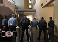 Rendőrt hívott Hadházy, mert nem engedik be az MTVA-hoz