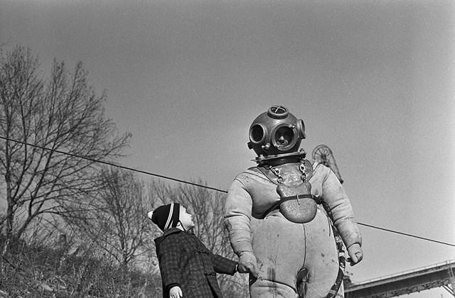 e! 1965. Magyarország, Budapest III. Nehézbúvár az Óbudai Duna-ág mellett, a Gázgyár előtti parton. Minden múlt a múltam kiállítás MNG