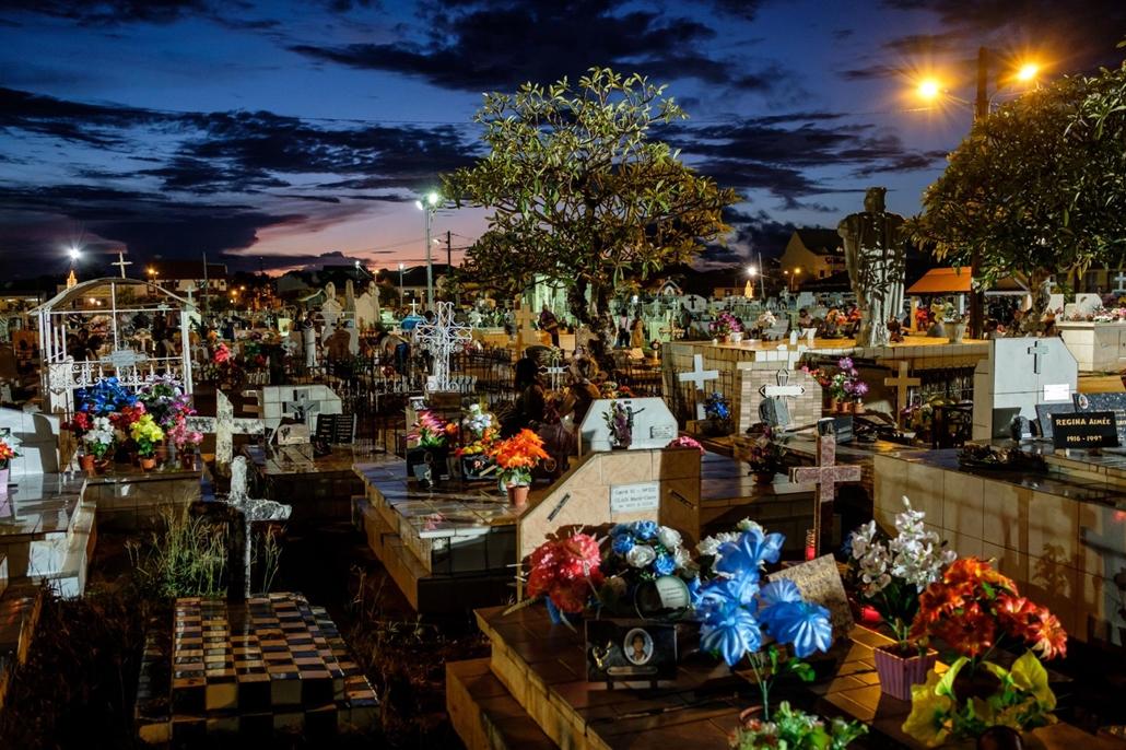afp. Halottak napja mindenszentek nagyítás Francia Guyana, virágokkal díszített sírok Cayenne temetőjében 2017. november 1. mindenszentek napján