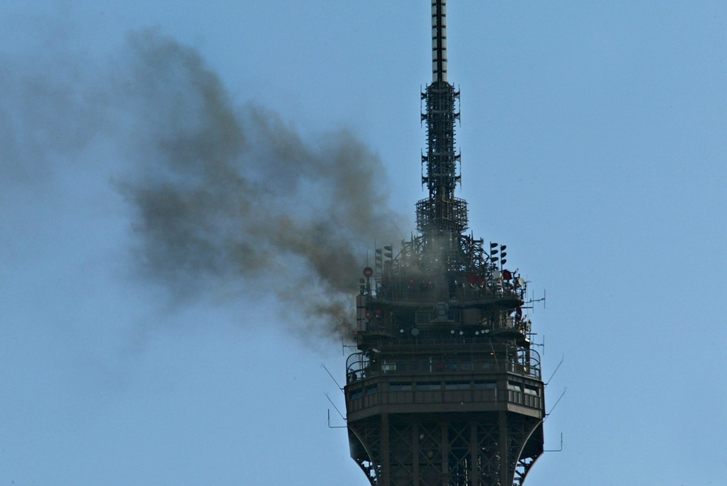 afp. Eiffel-torony 125 éves Nagyítás - 2003.07.22. Smoke comes from the top floor of the Eiffel Tower in Paris 22 July 2003 after a fire broke out reportedly from a short circuit. There were no reported injuries.