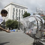 Szemétszoborral hívja fel a figyelmet a műanyaghulladék újrahasznosítására a Greenpeace