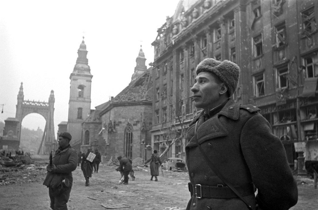 fortepan_! 1945. - Szabad sajtó (Eskü) út az Erzsébet híd felé nézve, jobbra a Belvárosi templom és a Piarista Gimnázium. - Erzsébet híd,nagyítás