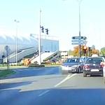 A forgalommal szemben hajtott ki a kereszteződésből a szombathelyi autós – videó
