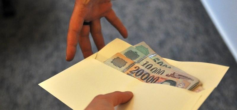 Döntöttek: átlépi a minimálbér a 100 ezer forintot