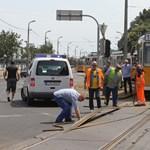 Autóbuszok szállítják az utasokat a 19-es villamos vonalának egy szakaszán - fotók
