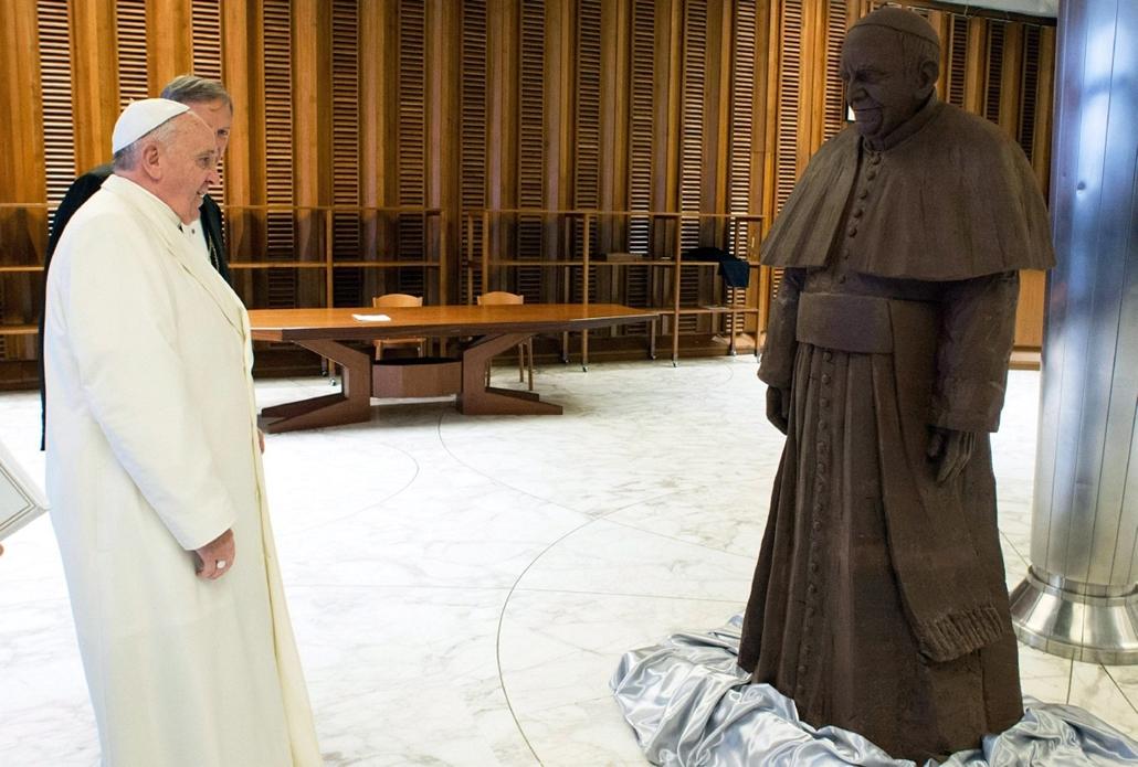 epa. hét képei - Vatikánváros, 2014.02.06. Ferenc pápa csokoládészobra