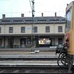 Elkapták az egri vasútállomáson késelő férfit, egy fiatalt szúrt meg többször
