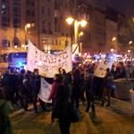 Utcára vonultak a röghöz kötés miatt az egyetemfoglaló diákok