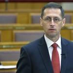 Varga: a kormány felülvizsgálhatja a bankadót