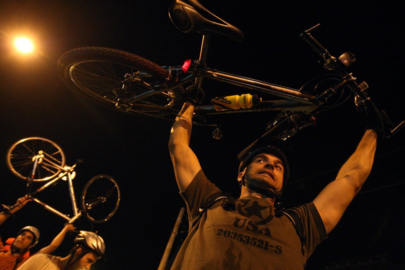 Körbezárták a biciklisek a városházát - Nagyítás