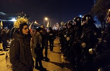 A köztévé előtt követelik petíciójuk beolvasását a tüntetők, újabb és újabb rendőrök érkeznek - ÉLŐ