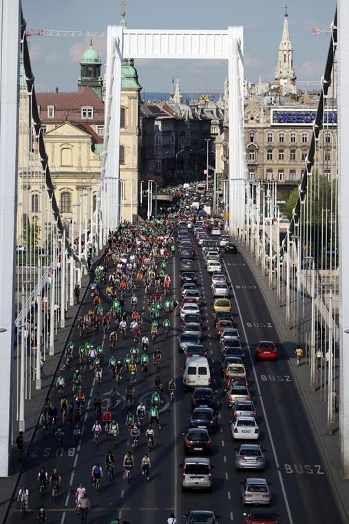 sa.08.04.20. - Critical Mass biciklis felvonulás - kerékpár, Erzsébet híd,nagyítás