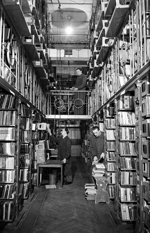 Széchényi Ferenc 1802. november 25-én a bécsi Magyar Kancelláriához benyújtott ajándékozó-alapítólevelében ajánlotta fel teljes könyvtárát, kép-, szobor- és éremgyűjteményét a nemzetnek. - könyv világnapja nagyítás