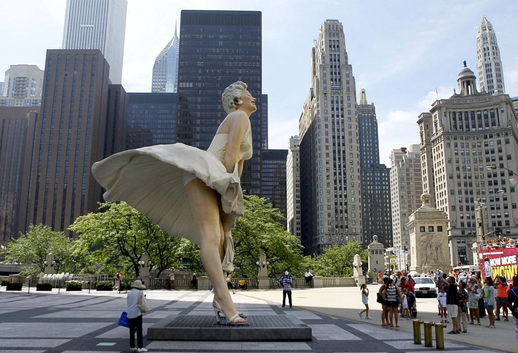 Chicago - kíváncsiskodók gyűlnek Seward Johnson által tervezett Marilyn Monroe szobra előtt Michiganben.