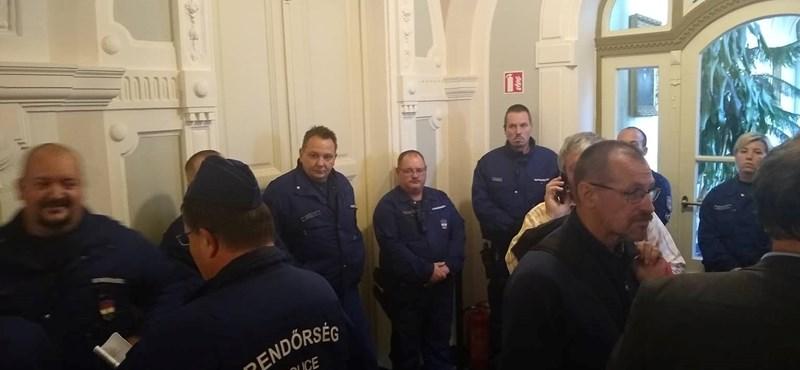 Balhé a győri városházán, Borkai letette az esküt