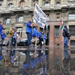 Esőben tüntetett a TMRSZ a Parlament és a Belügyminisztérium előtt - fotógaléria