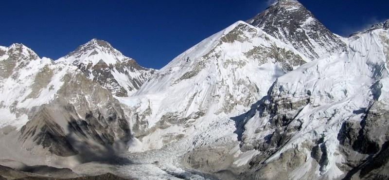 A vírus miatt munka nélkül maradt serpák begyűjtenék a holttesteket az Everestről