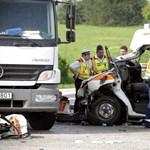 Fotó: Súlyosan megsérültek az M1-esnél ütköző mentőautó utasai