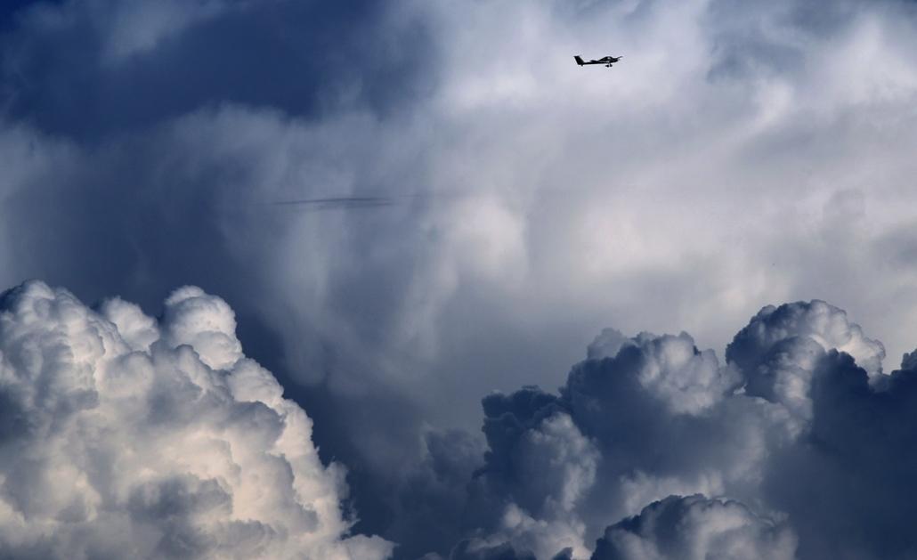 afp.14.09.08. - Apfeltrang, Németország: kisrepülő a felhők közt - 7képei