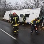 Fotó: felborult egy busz Fejér megyében