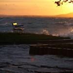 Fotók: gyönyörű a háborgó Balaton a naplementében